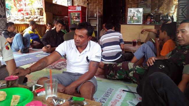 Nikmati Kopi Khas Jembul,   Satgas TMMD Reguler Ke-102 Cangkrukan dengan warga