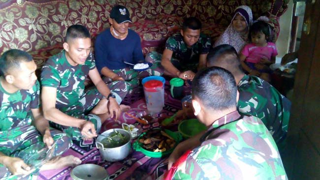 Pererat Silaturahmi dan Jalin Persaudaraan, Satgas TMMD Makan Bareng Warga