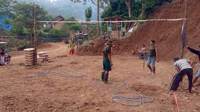 Satgas TMMD Bersama Karang Taruna Desa Jembul Bangun Lapangan Voli