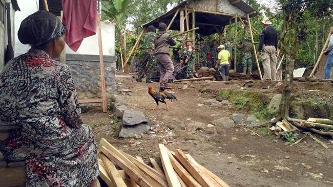 TNI Bongkar Rumah Janda Tua di Dusun Jabon Pasrujambe