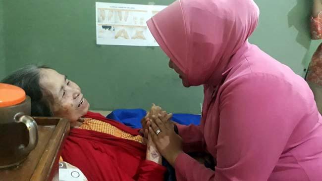 Peduli Lansia, Bhayangkari Kunjungi Warakawuri dan Panti Jompo