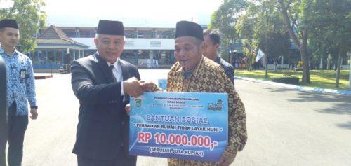 Pelaksanaan Upacara Peringati Sumpah Pemuda ke-90 di halaman Pendopo Agung, jalan Agus Salim Kota Malang(Sur)