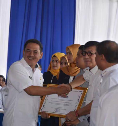 PENGHARGAAN: Wakil Bupati Jombang Sumrambah (kiri) saat menerima penghargaan Anubhawa Sasana dari Menteri Hukum dan HAM RI, Yasonna H. Laoly.