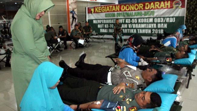 DONOR :Dandim 0818 Letkol Inf Ferry Muzawwad S.IP ditemani sang istri saat mendonorkan darahnya