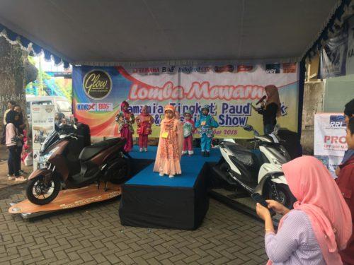 FASHION SHOW: Peserta fashion show anak-anak dan Imam, dari Yamaha Blimbing saat menyerahkan hadiah kepada para pemenang lomba.