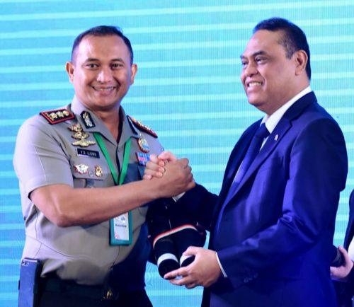 MENPAN RB : Kapolres Malang AKBP Yade Setiawan Ujung SH SIK Msi saat menerima piagam penghargaan WBK dari MENPAN RB Drs Syafruddin MSi. (ist)