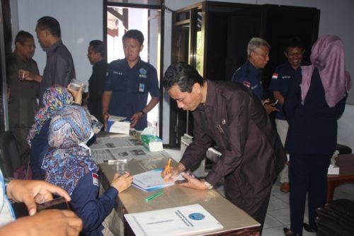 petugas dari BNNK melakukan tes urine terhadap anggota DPRD Trenggalek