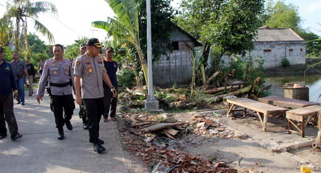 Kapolres Lamongan Tinjau Lokasi Bencana Puting Beliung di Glagah