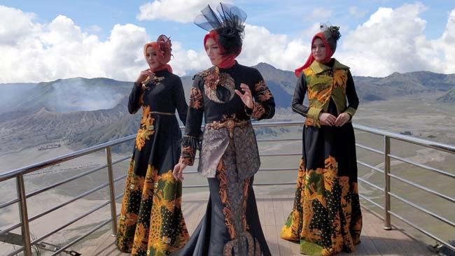 Seruni Poin Fashion Show Batik di Ketinggian 2600 Meter Dpl