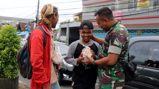 Yonif Raider 509 Kostrad Makan Bareng Anak Jalanan