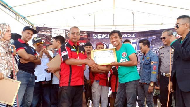 IPCI Madura Anton Ketua IPCI Madura saat menerima piagam deklarasi MASOCRaya dan Serdadu Surabaya Hadiri Deklarasi MASOC