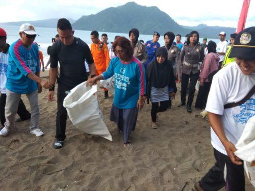 Menteri Kelautan dan Perikanan, Susi Pudjiastuti melakukan aksi bersih Pantai di Prigi Watulimo