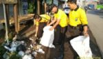 Puluhan Aparat Kepolisian Rayon V Bululawang Gelar Kerja Bakti