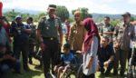 Penderita Kaki Lumpuh  Dapat Bantuan Kursi Roda dari Pangdivif 2 Kostrad