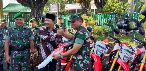 SIMBOLIS :Pangdam V/Brawijaya Mayjen TNI Wisnoe Prasetja Boedi secara simbolis memberikan bantuan 15 unit sepeda motor kepada pihak Kodim 0819 dari Bupati Pasuruan.