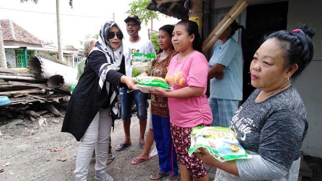 Owner Warunge Lara Sidoarjo Bagi-bagi Beras