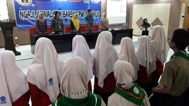 NGAJI JURNALISTIK - Puluhan siswa SMA dan SMK dari 12 lembaga sekolah mengikuti acara Ngaji Jurnalistik Bareng PWI Sidoarjo yang digelar di Auditorium Nyai Walidah, Smamda Sidoarjo, Kamis (16/5/2019)
