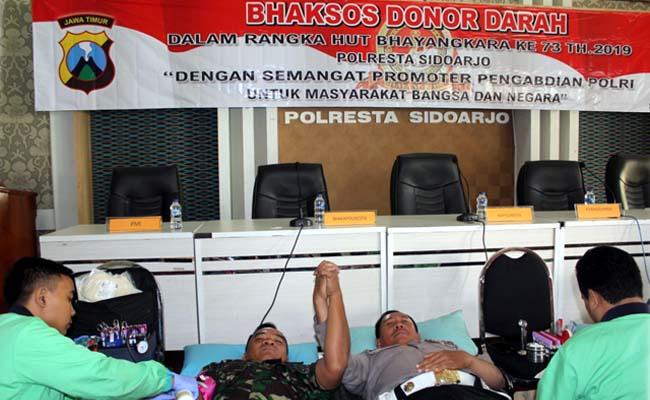 DONOR DARAH - Kapolresta Sidoarjo, Kombes Pol Zain Dwi Nugroho mengikuti donor darah bersama 220 peserta lainnya di Aula Bharadaksa Polresta Sidoarjo, Senin (17/6/2019)