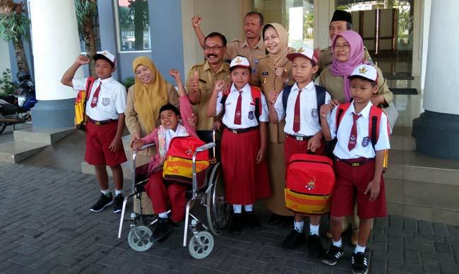Alfamart Salurkan Bantuan Rp 4,3 M Perlengkapan Sekolah Dasar