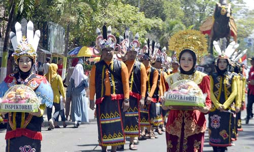 BUDAYA DAYAK: ASN Inspektorat Bondowoso mengenakan pakaian adat dayak Kalimantan. .(ido)