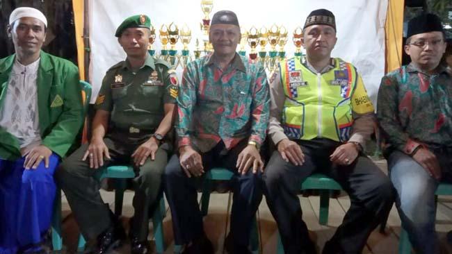 BERSAMA : H Riyanto Kepala Desa Urek-Urek,Bersama Sekdes,H.Latiful Arif dan Jajaran Muspika Gondanglegi. (sur)