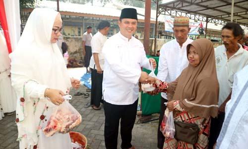 Kapolres Bangkalan, AKBP Boby Paludin Tambunan saat memberikan daging kurban pada salah satu penerima di Mapolres Bangkalan, (11/8/2019)