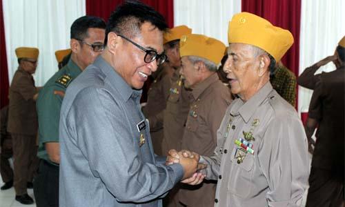 Wakil Walikota Malang Sofyan Edi Jarwoko memberikan ucapan selamat kepada pengurus baru DPC LVRI Kota Malang. (rhd)