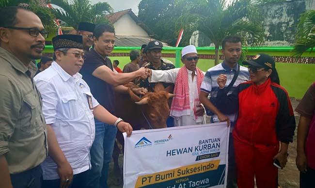 BERKURBAN : Direktur PT BSI Cahyono Seto ketika menyerahkan hewean kurban di masjid At Taqwa, Dusun Pancer, Desa Sumberagung, Kecamatan Pesanggaran, Minggu (11/8/2019) siang. (tut)