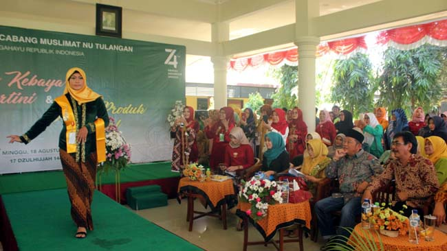 PENYERAHAN - Bupati Sidoarjo, Saiful Ilah menyerahkan hadiah lomba kebaya dalam acara PAC Muslimat NU Tulangan, Minggu (18/08/2019)