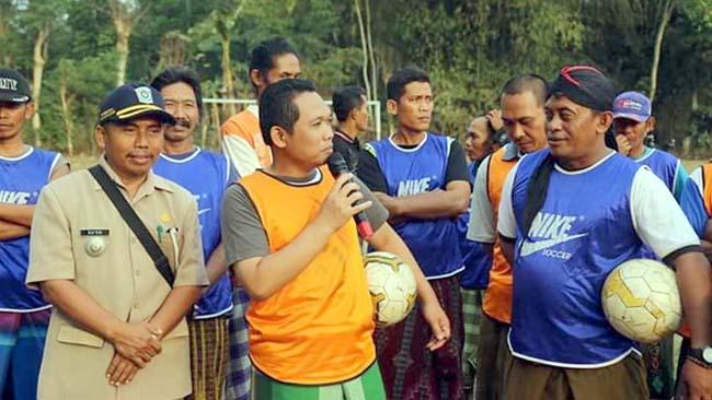 Seru..! Bupati Lumajang Sepakbola 'Jago Kapuk Bersarung' di Kampung Halaman