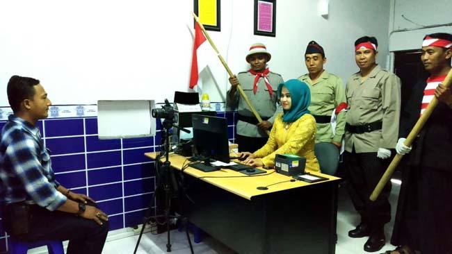 Satlantas Polres Sampang saat melayani pembuatan SIM. (ist)