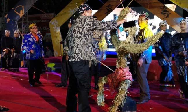 BERTANDING : Bupati dan Wabup Situbondo saat adu pukul dalam puncak acara Festival Ojhung. (im)