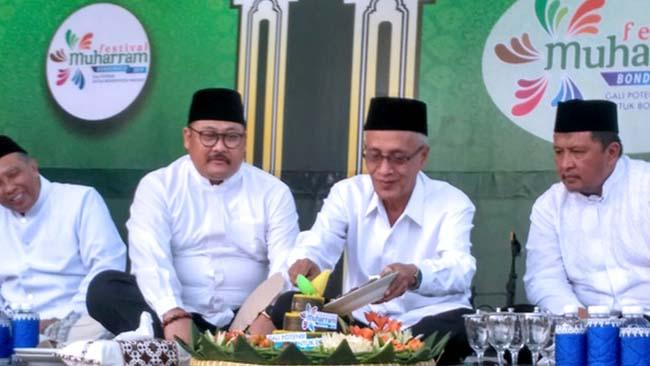 LESTARIKAN BUDAYA: Bupati KH.Salwa Arifin dan Wabup H. Irwan Bachtiar Rahmat saat Arebbe Tajin Sorah sambut Tahun Baru Islam 1441 H pada Sabtu sore (31/9/2019) lalu