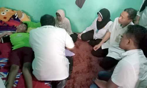FISIOTERAPI - Sejumlah tim medis (home care) RSUD Sidoarjo mendatangi kamar kos Dimas Satria Wijaya (14) di JL Brigjen Katamso IV, Desa Kedungrejo, Kecamatan Waru, Sidoarjo usai dikunjungi Wabup Sidoarjo
