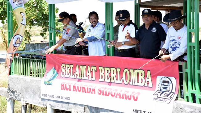 MANCING - Wabup Sidoarjo, Nur Ahmad Syaifuddin membuka acara lomba mancing yang digelar paguyuban Rental Car Indonesia (RCI) di Wisata Bahari Tlocor, Desa Kalisogo, Kecamatan Jabon, Sidoarjo, Sabtu (31/8/2019)