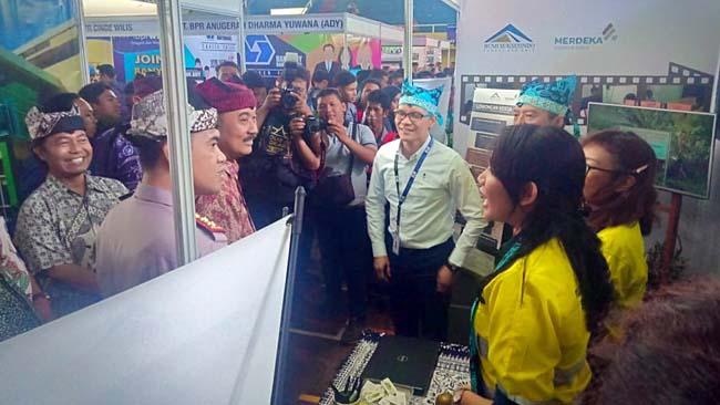 PELUANG : HRD PT BSI saat menyambut Wakil bupati Banyuwangi Yusuf Widyatmoko ketika mengunjungi stand BSI di Banyuwangi Career Expo, Kamis (5/9/2019) pagi. (tut)