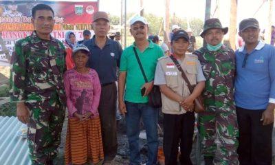 Komandan Rayon Militer 0818/15 Dampit Kapten (Inf) Agung Wibowo bersama Drs Suko Haryono Kades Pamotan, Agus Triono Ketua Kompedam, Mbah Nuryati dan TNI. (sur)